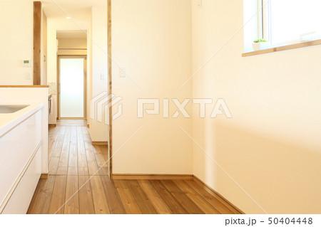 ペット同居型デザイナーズ住宅のお洒落なキッチン 50404448