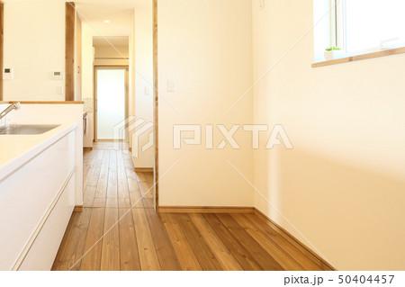 ペット同居型デザイナーズ住宅のお洒落なキッチン 50404457
