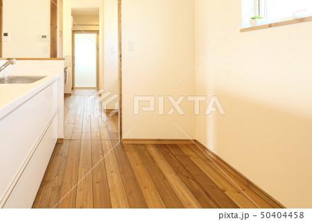 ペット同居型デザイナーズ住宅のお洒落なキッチン 50404458
