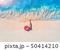 女性 波 ビーチの写真 50414210