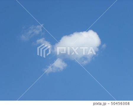 春の青空と白い雲 50456308