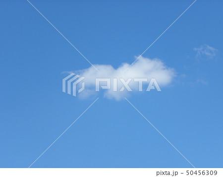 春の青空と白い雲 50456309