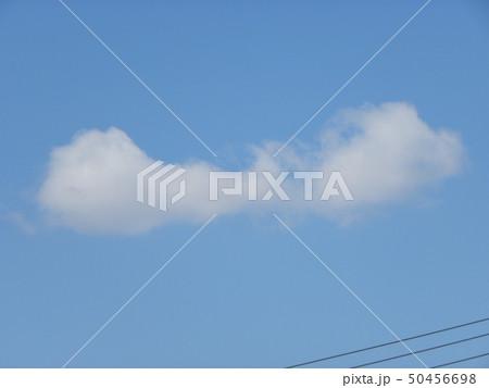 春の青空と白い雲 50456698