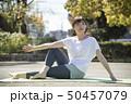 ヨガ 女性 ストレッチの写真 50457079