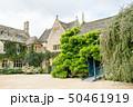 ツタが茂る石造りの歴史的な建物 イギリスの郊外にて 50461919