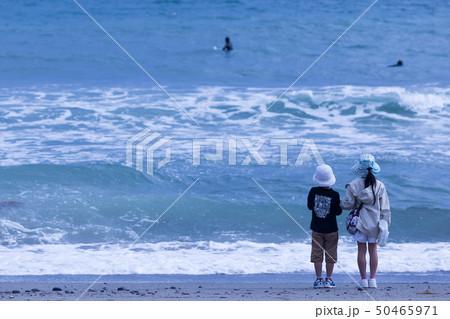 海を眺める姉弟 50465971