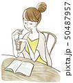 雑誌を読む女性 50487957