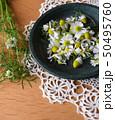 皿に入れたカモミールの花、室内 50495760