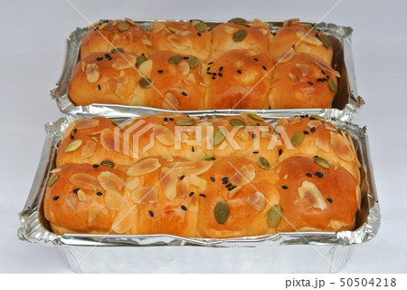 Cream bread in aluminum containers  50504218