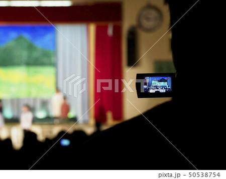 劇をハンディカムで撮影する後ろ姿 50538754