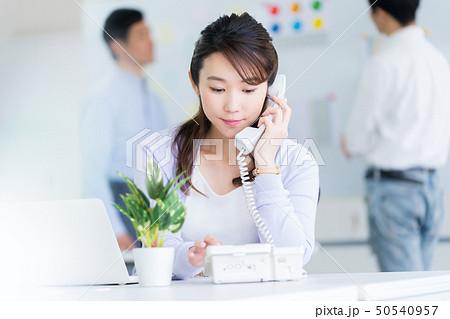 ビジネスウーマン  女性社員 女性会社員 オフィスイメージ 職場 ビジネスイメージ  50540957