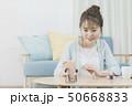 若い女性 ネイル スマホでビデオ通話 50668833
