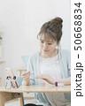 若い女性 ネイル スマホでビデオ通話 50668834