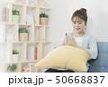 若い女性 スマートフォン 50668837