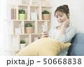 若い女性 スマートフォン 50668838