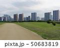 運動場 ビル群 道の写真 50683819