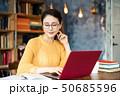 書斎の女性 50685596