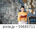 本を読む女性 50685711