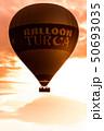 朝焼けの中飛行中の気球を逆光で見る 50693035