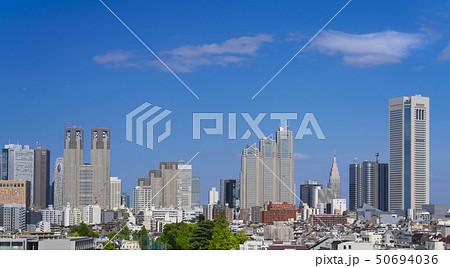 東京風景 新宿 高層ビル群 緑と青空 令和元年 春 50694036