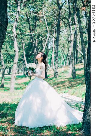 ウェディングドレスの女性 50704183