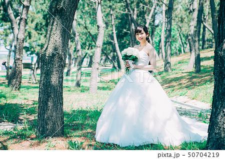 ウェディングドレスの女性 50704219