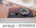 レトロなゲームセンターのコイン投入口、100円 50709958
