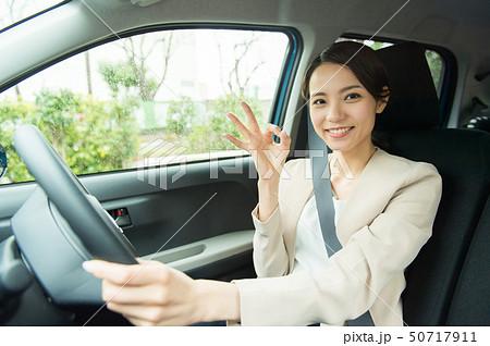 車を運転する女性 50717911