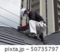 屋根を点検する屋根診断士 50735797