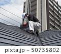 屋根を点検する屋根診断士 50735802