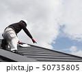 屋根を点検する屋根診断士 50735805