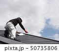 屋根を点検する屋根診断士 50735806