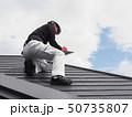 屋根を点検する屋根診断士 50735807
