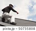 屋根を点検する屋根診断士 50735808