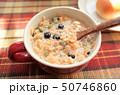 健康的なグラノーラ朝食、ミューズリー、豆乳、新鮮な牛乳のシリアル、ロハスとロカボ食品 50746860