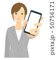 女性 スマホ スマートフォンのイラスト 50756171