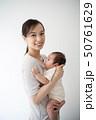 赤ちゃんを抱いた女性 50761629