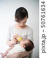 赤ちゃんにミルクを飲ませる女性 50761634
