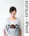 赤ちゃんにミルクを飲ませる女性 50761638
