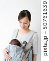 赤ちゃんにミルクを飲ませる女性 50761639