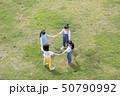 芝生で手を繋いで輪になる子供達 50790992