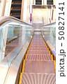 エスカレーター ショッピング ビジネスマンの写真 50827141
