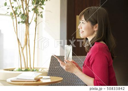 カフェ 携帯電話 女性 50833842