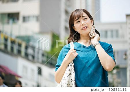 夏 女性 暑い 汗 50851111