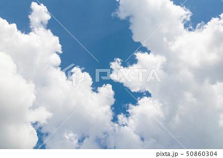 青空と夏の空 50860304
