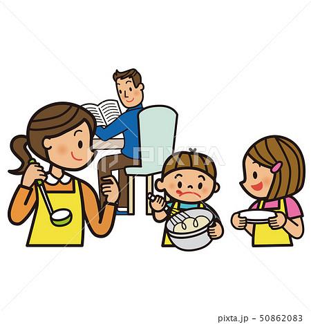 料理の用意をする家族 50862083