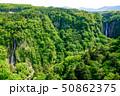新緑に囲まれた震動の滝 50862375