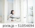 女性 1人 ソファの写真 51054694