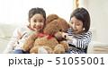 ソファで大きなクマと遊ぶ姉妹 51055001