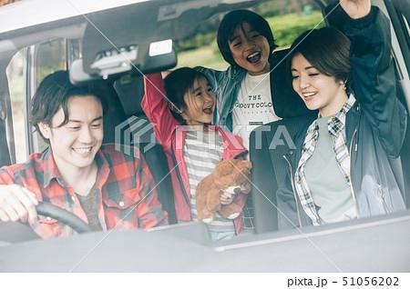 家族 車 ドライブ 51056202